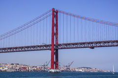 Beroemde 25ste April Bridge over Rivier Taag in de Brug van akasalazar van Lissabon - LISSABON - PORTUGAL - JUNI 17, 2017 Stock Foto