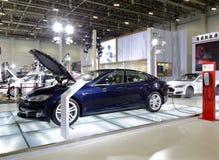 Beroemde tesla elektrische auto in het laden Stock Foto's