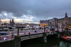Beroemde uitstekende gebouwen & chanels van de stad van Amsterdam bij zonreeks Algemene landschapsmening Royalty-vrije Stock Foto's