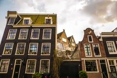 Beroemde uitstekende gebouwen & kanalen van de stad van Amsterdam bij zonreeks Algemene landschapsmening Royalty-vrije Stock Foto's