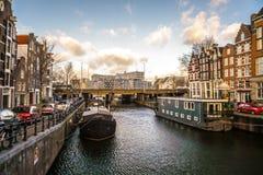 Beroemde uitstekende gebouwen & kanalen van de stad van Amsterdam bij zonreeks Algemene landschapsmening Royalty-vrije Stock Fotografie