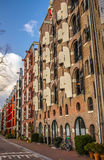Beroemde uitstekende gebouwen & kanalen van de stad van Amsterdam bij zonreeks Algemene landschapsmening Royalty-vrije Stock Afbeeldingen