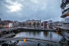Beroemde uitstekende gebouwen & kanalen van de stad van Amsterdam bij zonreeks Algemene landschapsmening Stock Afbeeldingen