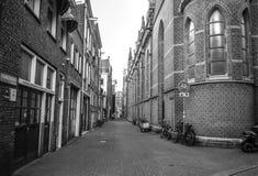 Beroemde uitstekende gebouwen & kanalen van de stad van Amsterdam bij zonreeks Algemene landschapsmening Stock Foto