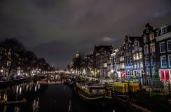 Beroemde uitstekende gebouwen van de stad van Amsterdam bij nacht Algemene landschapsmening bij traditie Nederlandse arcitecture Stock Foto