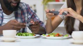 Beroemde voedselbloggers die foto's van plantaardige salades, moderne tendensen, verslaving maken stock footage