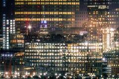 Beroemde wolkenkrabbers van New York bij nacht stock fotografie