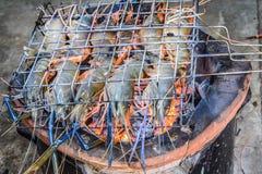 Beroemde zeevruchten en Mensen rond de gekende wereld goed -: de garnalen roosterden bbq zeevruchten op fornuis, Geroosterde Rivi royalty-vrije stock foto