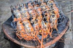 Beroemde zeevruchten en Mensen rond de gekende wereld goed -: de garnalen roosterden bbq zeevruchten op fornuis, Geroosterde Rivi royalty-vrije stock afbeelding