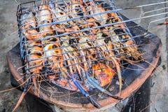 Beroemde zeevruchten en Mensen rond de gekende wereld goed -: de garnalen roosterden bbq zeevruchten op fornuis, Geroosterde Rivi stock afbeeldingen