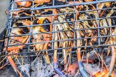 Beroemde zeevruchten en Mensen rond de gekende wereld goed -: de garnalen roosterden bbq zeevruchten op fornuis, Geroosterde Rivi stock foto's