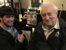 Beroemdheden: Undefeated Bokser Bakhtyar Eyubov met Joodse Amerikaanse Auteur Arnold Maliyevsky Stock Fotografie