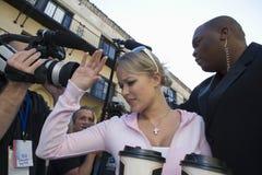 Beroemdheid met Lijfwacht And Paparazzi Stock Afbeeldingen
