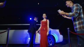 Beroemdheid in rode kleding die autographs geven stock footage
