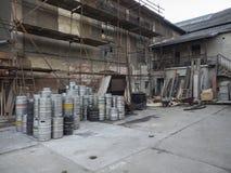 Beroun, repubblica Ceca, il 23 marzo 2019: il cortile della fabbrica di birra di Beroun ha chiamato Berounsky medved con il mucch fotografia stock libera da diritti