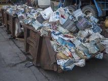 Beroun, repubblica Ceca, il 23 marzo 2019: vecchio contenitore arrugginito in pieno della carta straccia della pila per riciclare fotografie stock libere da diritti