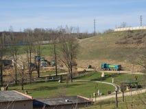 Beroun, repubblica Ceca, il 23 marzo 2019: Vista sul cantiere e sul parco pubblico della costruzione con i camion di Svestka fotografia stock libera da diritti
