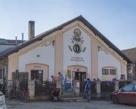 Beroun Tjeckien, mars 23, 2019: byggnad av bryggeriet baren kallade Berounsky medved i central bohem med royaltyfria bilder