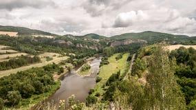Berounka-Fluss mit Hügeln, Kalkstein schaukelt, Wiesen, Felder und Bahnstrecke von Tetinska-skala in der Tschechischen Republik Stockfotos