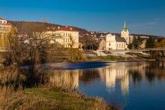 Berounka-Fluss und Stadt-tschechische Republik Radotin Stockfotos