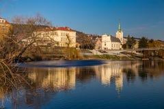 Berounka-Fluss und Stadt-tschechische Republik Radotin Stockbild