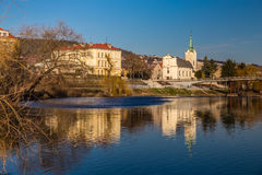 Berounkarivier en de Republiek van Radotin stad-Tsjech stock afbeelding