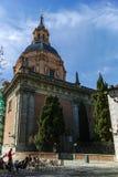 ?berraschende Ansicht von St. Andrew Church in der Stadt von Madrid stockfotos