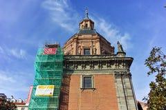 ?berraschende Ansicht von St. Andrew Church in der Stadt von Madrid lizenzfreie stockfotos