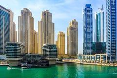 ?berraschende Ansicht von Wohn- und des Gesch?fts Skylinen Dubais Marina Waterfront Skyscraper, in Dubai-Jachthafen, Arabische Em stockfoto