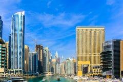 ?berraschende Ansicht von Wohn- und des Gesch?fts Skylinen Dubais Marina Waterfront Skyscraper, in Dubai-Jachthafen, Arabische Em lizenzfreie stockfotografie