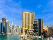 ?berraschende Ansicht von Wohn- und des Gesch?fts Skylinen Dubais Marina Waterfront Skyscraper, in Dubai-Jachthafen, Arabische Em stockfotos