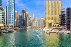 ?berraschende Ansicht von Wohn- und des Gesch?fts Skylinen Dubais Marina Waterfront Skyscraper, in Dubai-Jachthafen, Arabische Em lizenzfreies stockbild