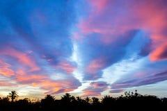 ?berraschender bunter Sonnenunterganghimmel ?ber dem See stockfoto