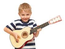 Überraschender vier Einjahresjunge, der Gitarre spielt Lizenzfreie Stockfotos