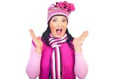 Überraschte Frau in der rosafarbenen Winterkleidung Stockfoto