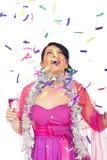 Überraschte Frau, die oben fallendem Confetti betrachtet Stockfotos