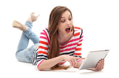 Überraschte Frau mit digitaler Tablette Lizenzfreie Stockfotos