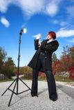 Überraschte Frau vor greller Leuchte Stockfotografie