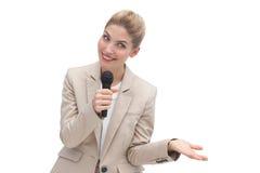 Überraschte Geschäftsfrau, die über Mikrofon spricht Lizenzfreies Stockbild
