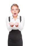 Überraschte Geschäftsfrau, die leeres copyspace anhält Stockfoto
