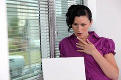 Überraschte Geschäftsfrau in ihrem Büro. Stockbild
