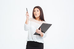 Überraschte Geschäftsfrau mit Klemmbrett Stockbilder