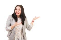Überraschte glückliche Frau machen Darstellung Stockfoto