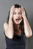 Überraschte junge Frau, die Bestürzung und Furcht ausdrückt Lizenzfreies Stockbild