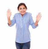 Überraschte junge Frau, die an Ihnen lächelt Lizenzfreie Stockfotos
