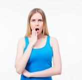 Überraschte junge Frau, die Kamera betrachtet Stockfotografie