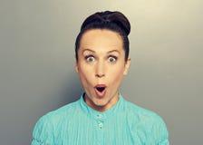 Überraschte junge Frau im blauen Hemd Stockbild