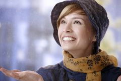 Überraschte junge Frau im Regen Stockbild