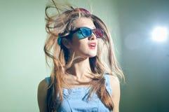 Überraschte junge hübsche Frau in den Gläsern 3d, die überrascht schauen Stockbild