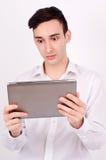 Überraschte Mannlesung von einer Tablette. Lizenzfreies Stockfoto